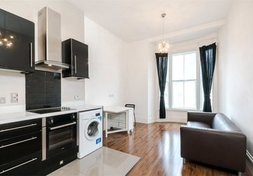 Apartment to rent in Gloucester Terrace view1