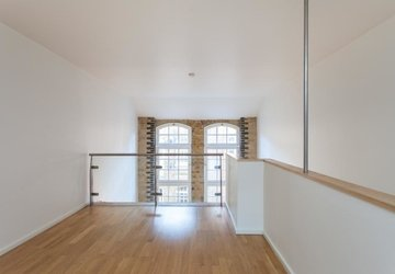 Duplex to rent in Hanway Place view1
