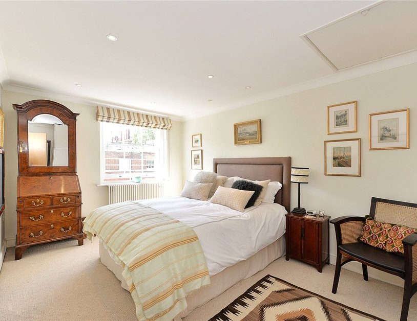 House for sale in Connaught Street view9